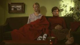 """Der Alltag: """"Sobald die Wohnung fertig eingerichtet ist, kehrt Ruhe ein in die eigenen 4 Wände."""" (Szene aus '13 Stufen')"""